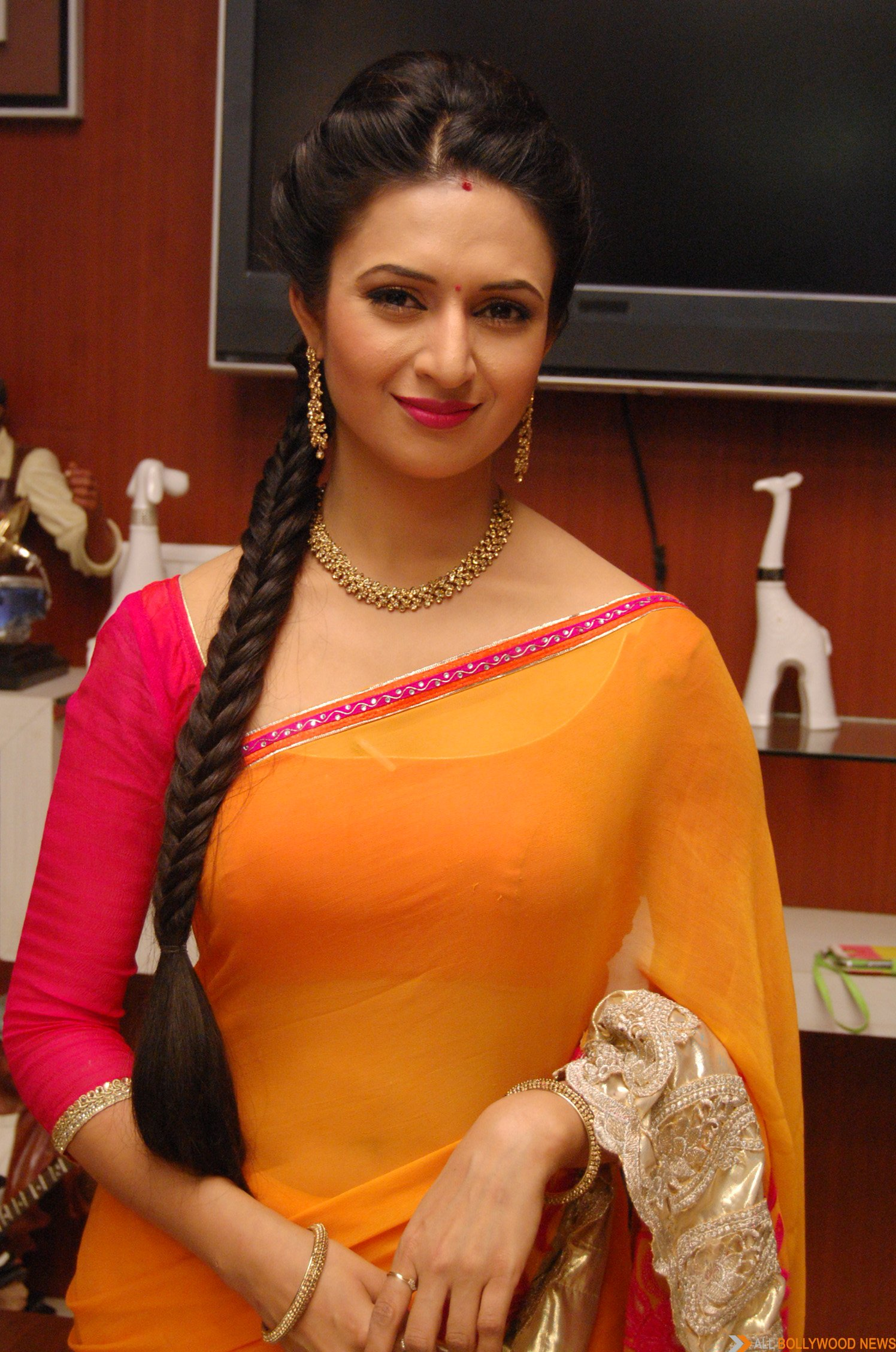 Divyanka faints on the sets of Ye Hai Mohabbatein - All Bollywood News